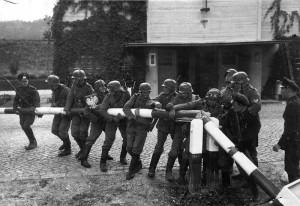 Duitse troepen vernielen een slagboom bij een grens tussen Polen en Duitsland